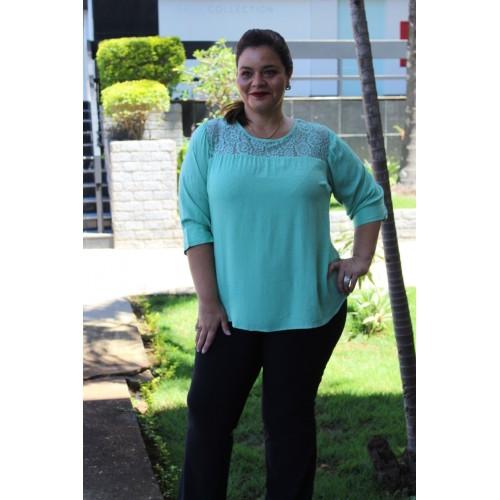 Blusa  plus size feminina c/ Detalhes em Renda
